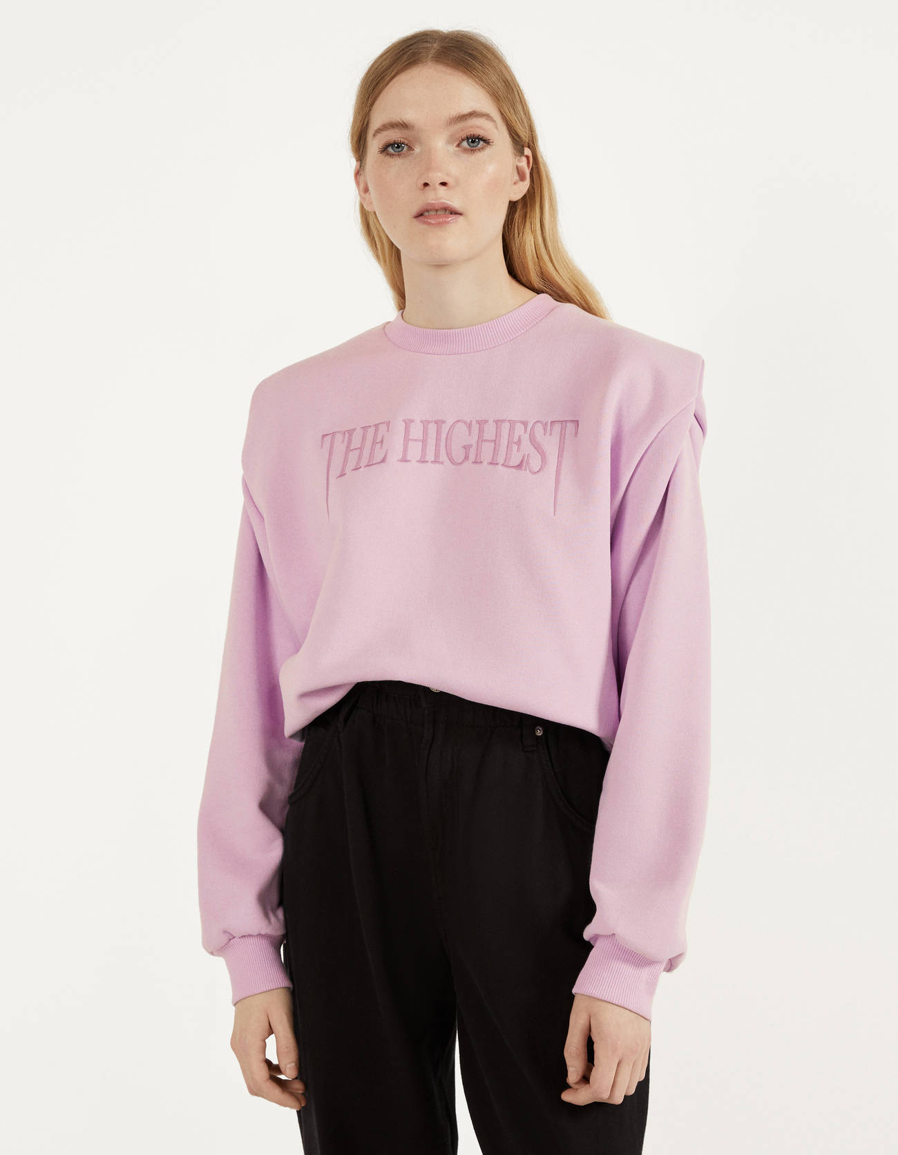 Sweatshirt with shoulder pads and embroidery.