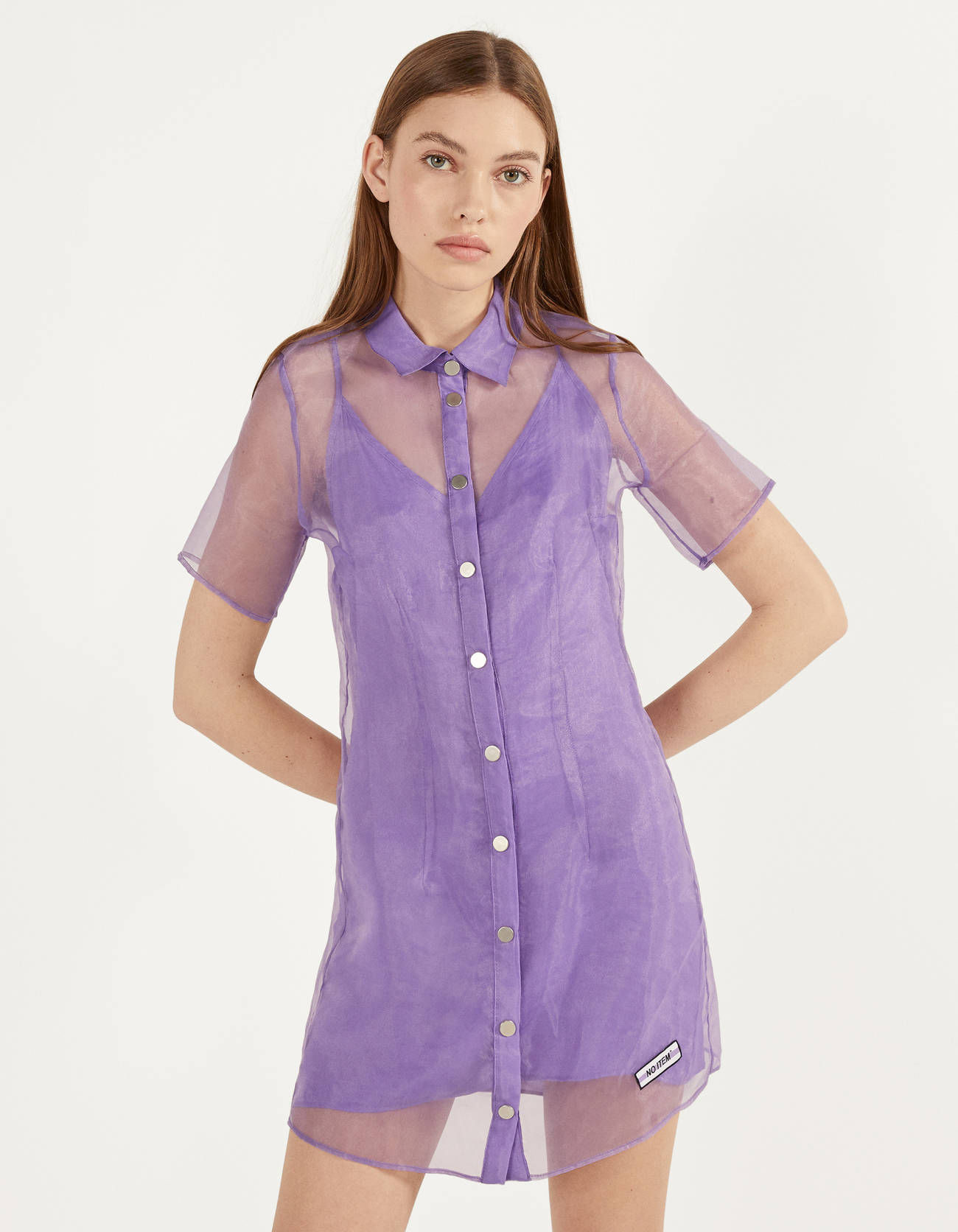 Short organza dress with lining. Shirt collar, short sleeves and front button closure.