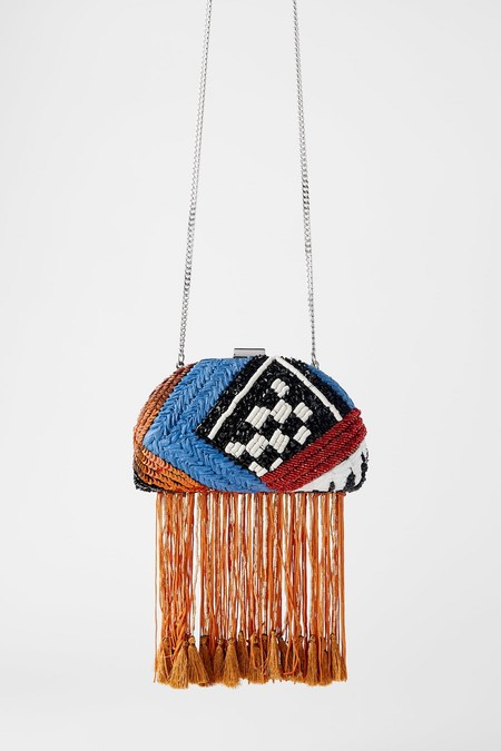 Box-shaped shoulder strap in a colour combination. Rigid body with beads of different shapes, textures and materials.