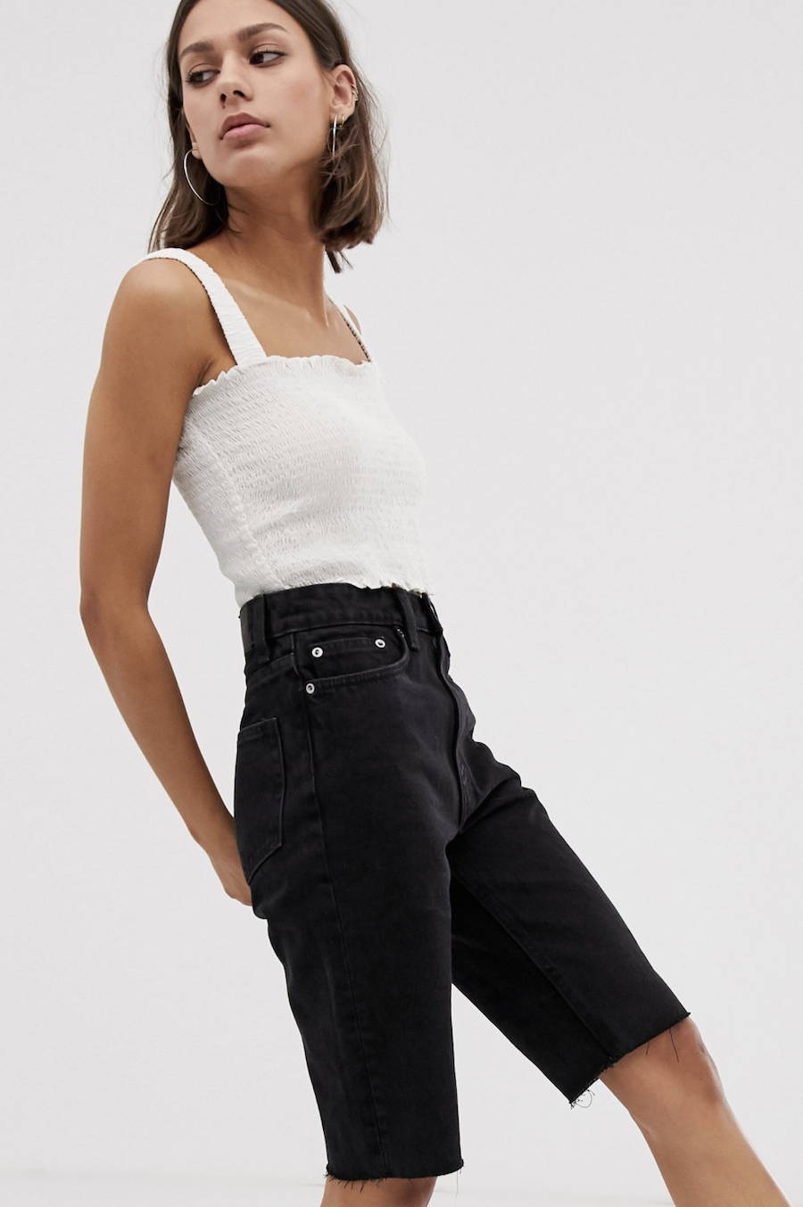 Knee-length jeans with a worn-out black Weekday design