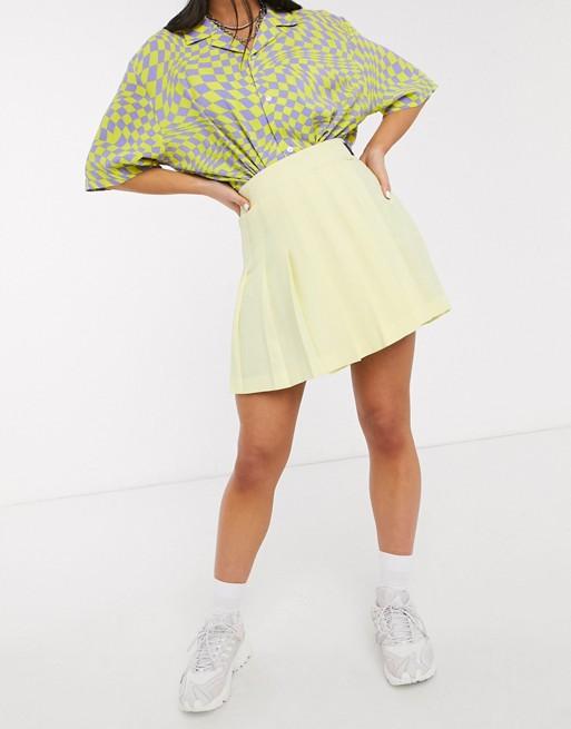 Yellow pleated skirt.