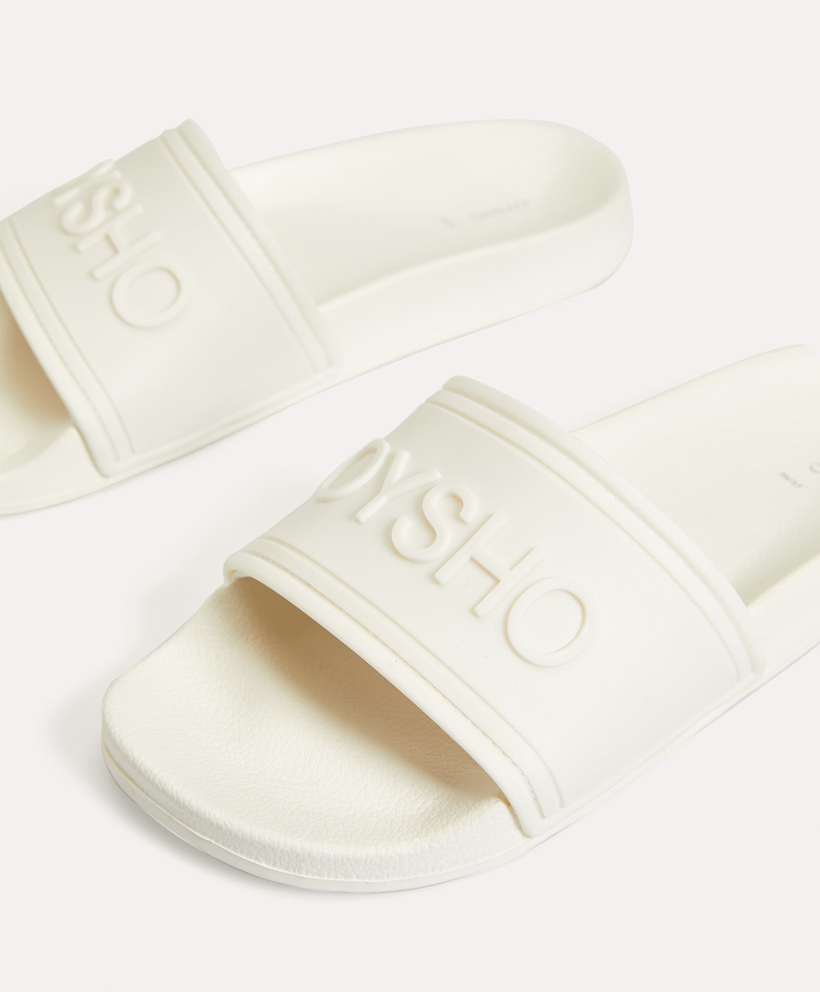Slippers in total white with logo design