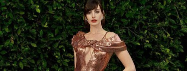 Anne Hathaway adapts the premiere of Locked Down to the Covid-19 pandemic: this is how her three looks for the presentation (from home) have been