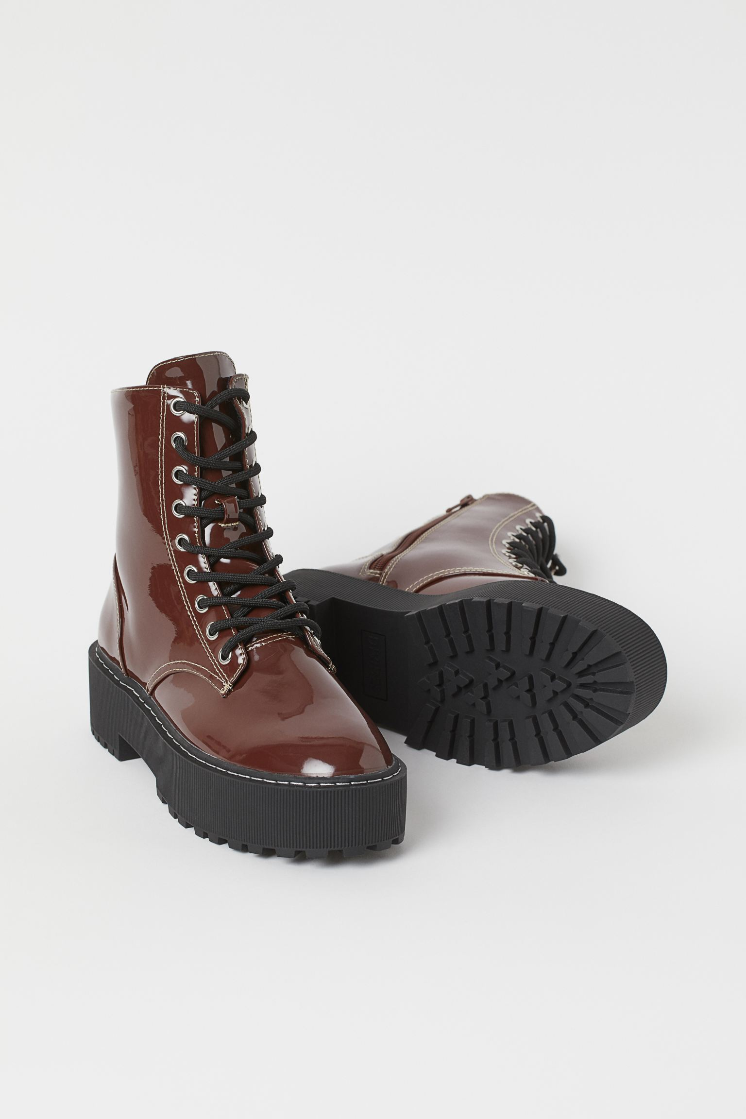 Military ankle boots with platform and patent leather effect in brown.