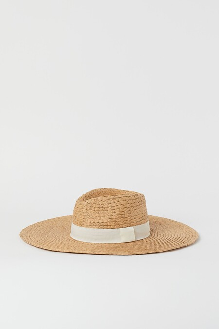 Andrea Duro With Hat Look In White