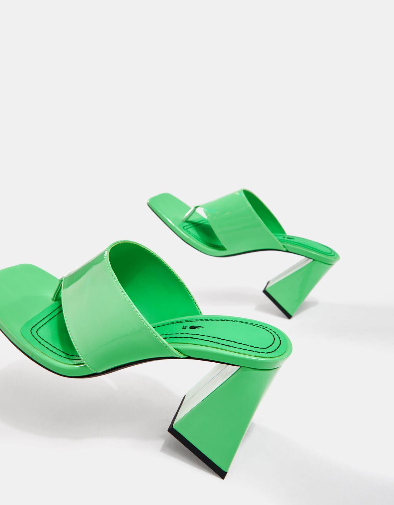 Sandalias verdes de dedo con tacón ancho