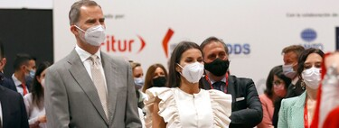 Doña Letizia surprises us with this great look at FITUR: a jumpsuit signed by Inés Domecq.