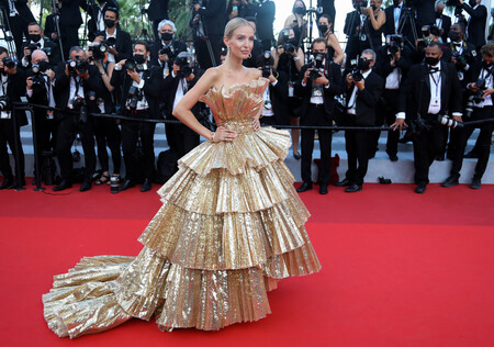 Leonie Hanne red carpet cannes 2021