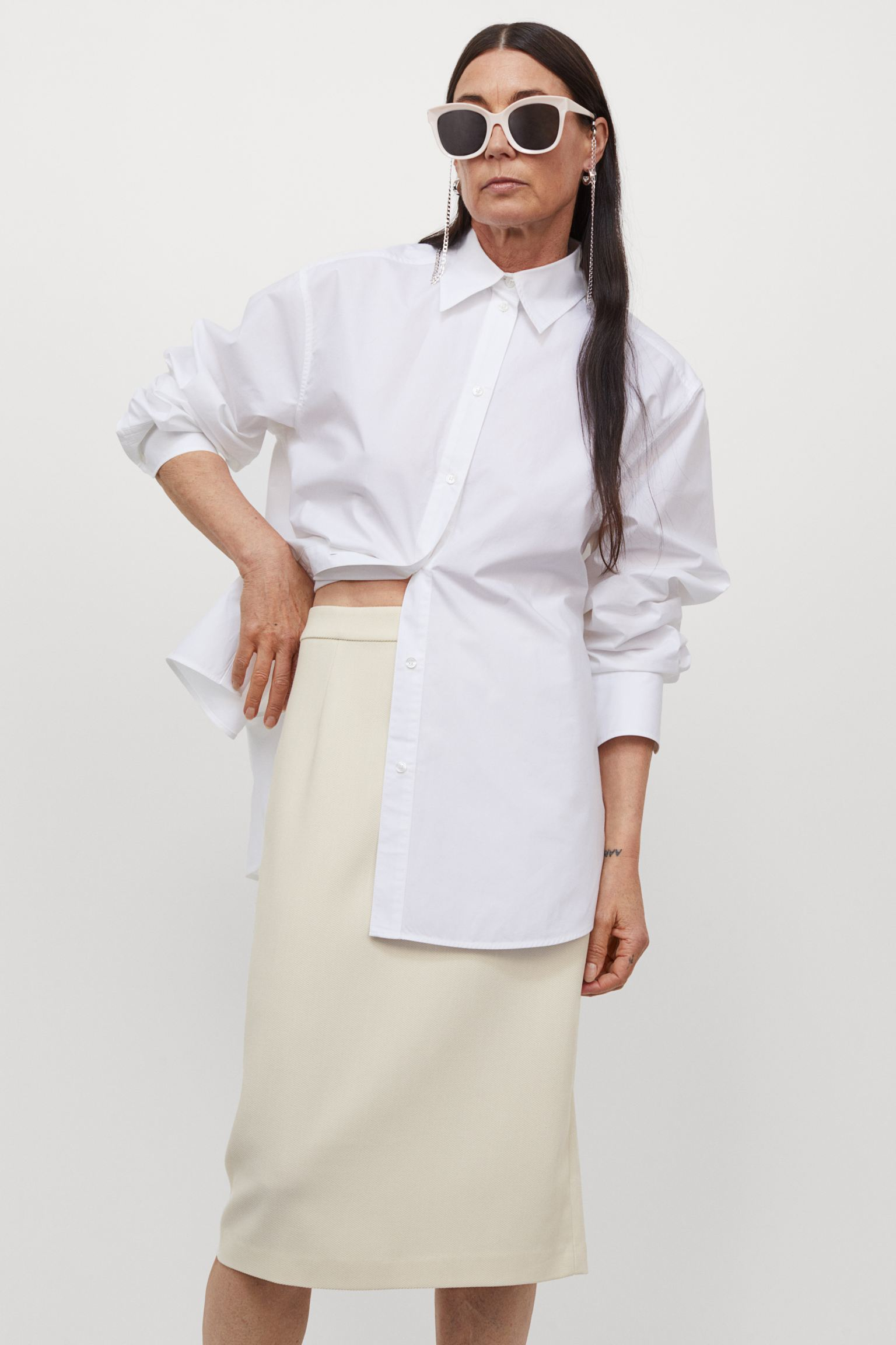 Viscose blend twill skirt. High-waisted model with concealed zip and opening at the back.